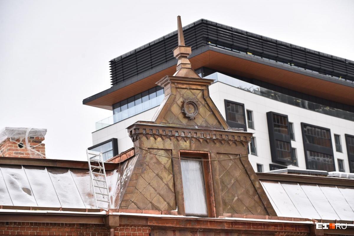 Крыша Косого дома пережила несколько пожаров, и ее тоже  пришлось капитально ремонтировать
