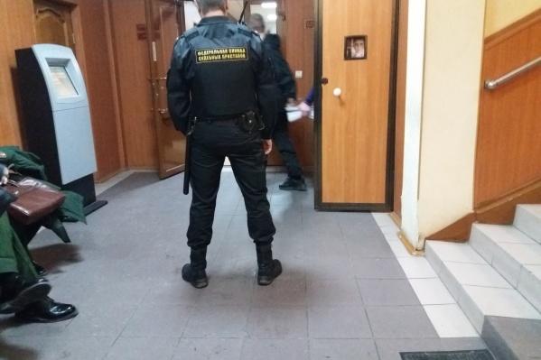 Евгения Селезнева конвой ведет в зал судебных заседаний