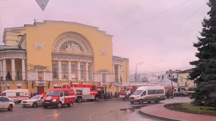 Кричали: «Караул!» В Ярославле эвакуировали Волковский театр: фото и видео с места