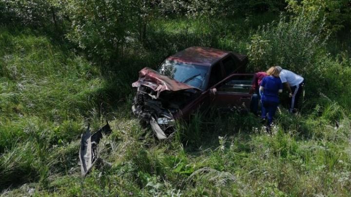 Смяло в гармошку и вынесло в кювет: под Самарой столкнулись два авто
