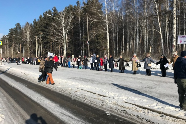 Местные жители выстроились в линию вдоль берёзовой рощи