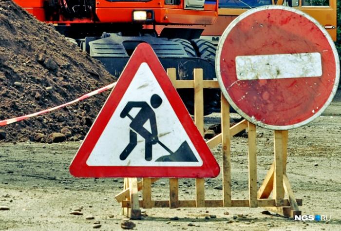 Женщина на кроссовере сбила дорожного рабочего на проезжей части