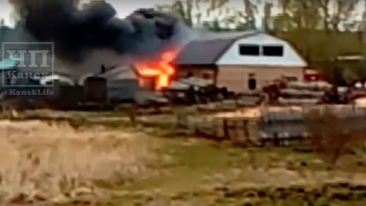 Мужчина бросился в горящий дом спасать своего ребенка