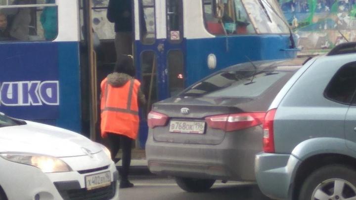 На перекрёстке Московская - Радищева трамвай протаранил иномарку