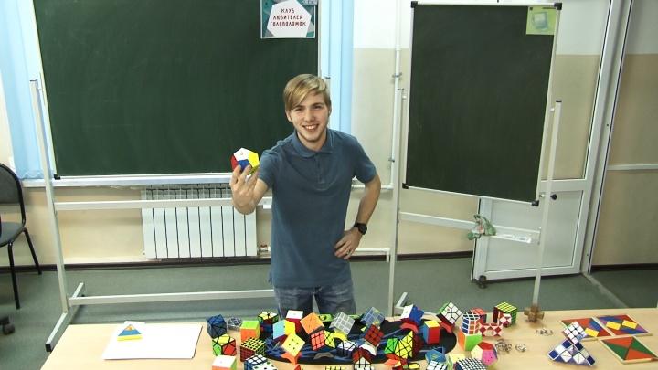 «Это ставит мозги на место»: самарец собирает кубик Рубика с закрытыми глазами