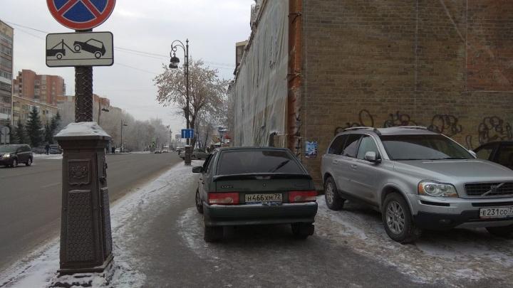«Я паркуюсь, как...»: смотрим на автохамов, заставивших двор, и машины на тротуарах в центре Тюмени