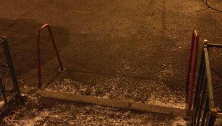 Заботливый мужчина поставил ограждения у выхода с детской площадки во дворе