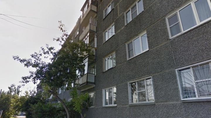 «Был дома с бабушкой»: в Челябинске четырёхлетний ребёнок выпал из окна