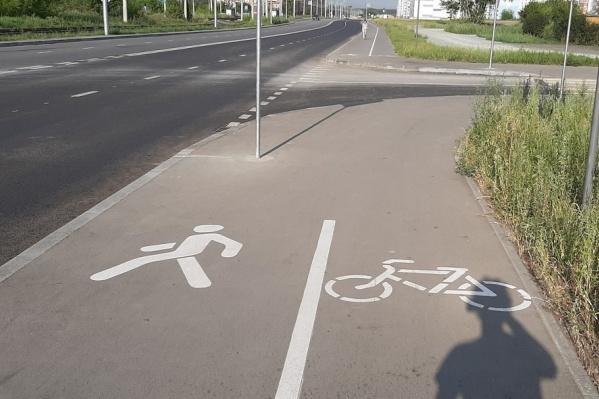 Велодорожку сделали на продолжении улицы Титова, отрезав половину тротуара у пешеходов