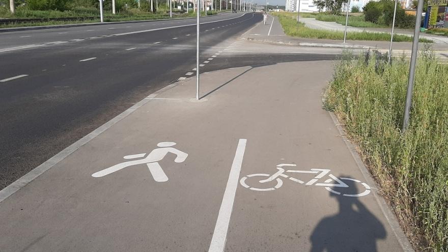 «Закрасить дорожку и вернуть тротуар пешеходам»: общественник — о новой велодорожке на Титова