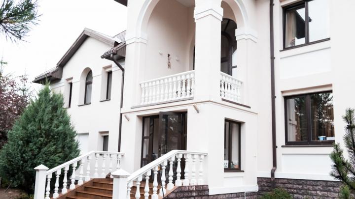 Шикарный белый коттедж с колоннами в классическом стиле продают в Екатеринбурге: смотрим фото