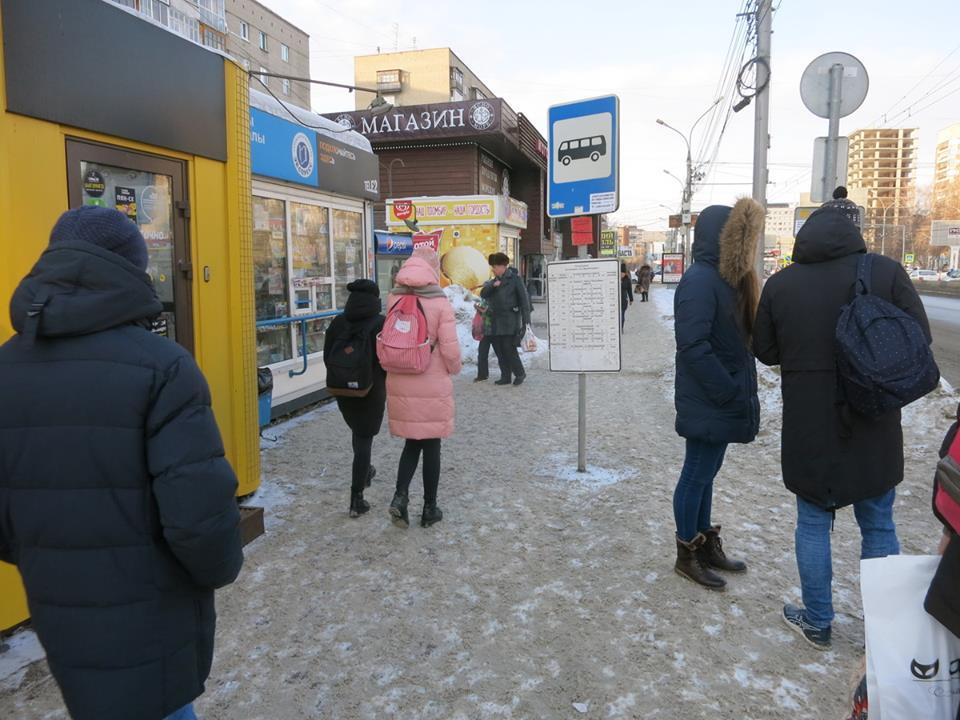 Знак автобусной остановки установили посреди тротуара на остановке «Кропоткина»