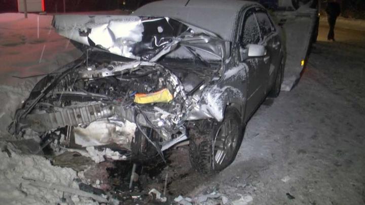 На Сибирском тракте «девяносто девятую» занесло на скользкой дороге и отбросило на два других авто