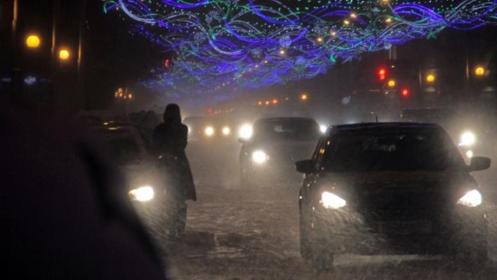 Из-за снегопада в Уфе задерживаются рейсы на самолет и запрещенвъезд грузовиков