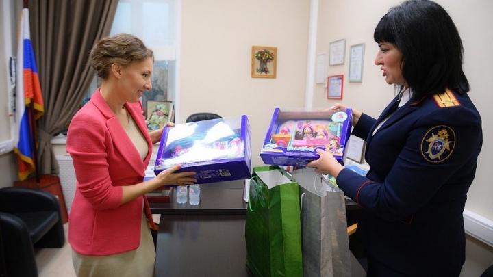 Жестоко изувеченной девочке из Ингушетии передали подарки из Красноярска
