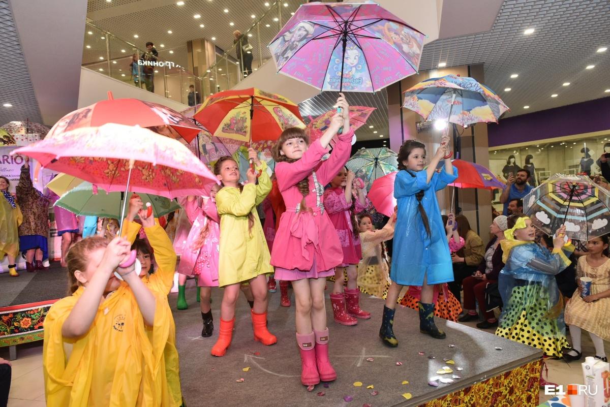 Яркий танец с зонтиками от юных участниц