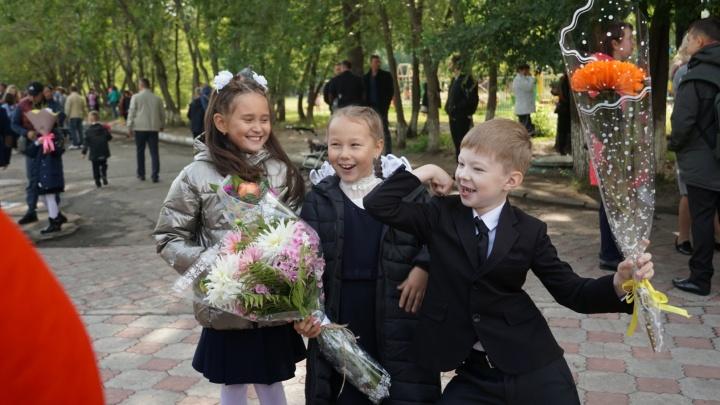 Котёнок на линейке и Бурков среди родителей: как в Омске встречают первый учебный день