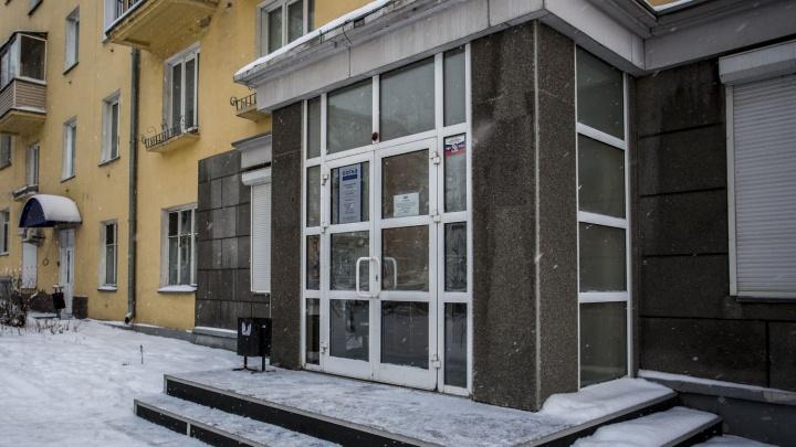 «Люди друг на друге»: страховая компания извинилась за огромные очереди у офиса с раннего утра