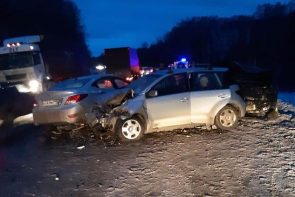 Одну из пострадавших зажало в машине
