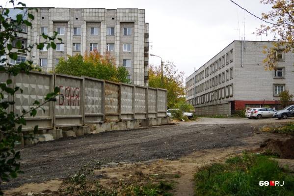 Жильцы домов на Коломенской утверждали, что владелец соседнего участка полностью перекрыл этот проезд
