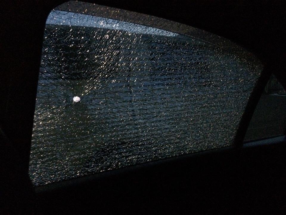 Из-за отверстия после выстрела заднее стекло машины полностью треснуло