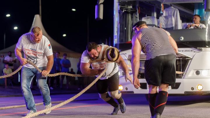 «Угнать за 40 секунд»: в Волгограде силачи протащили 25-тонный автобус — фоторепортаж