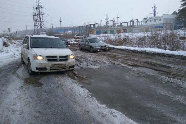 Каждый день по этой дороге ездят десятки машин к новостройкам на границе города и района