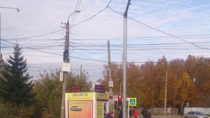 Дорожники убрали консоль перед светофором на Никитина после новости на НГС