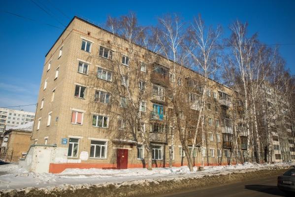 По наблюдениям корреспондента НГС.НОВОСТИ, сегодня предназначенный для аренды первый этаж дома на Гоголя, 199 пустует