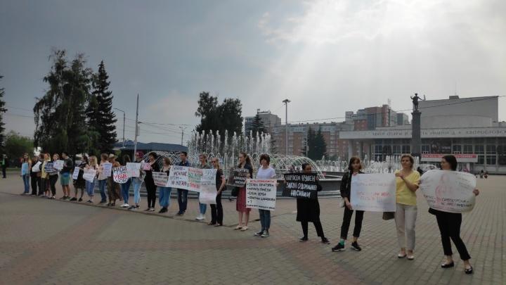 На Театральной площади проходит пикет, посвященный проблеме домашнего насилия