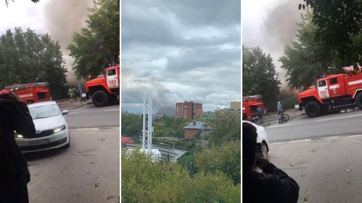«Заметили дым за сотни метров». В Тюмени полыхал частный дом в районе Дома Обороны