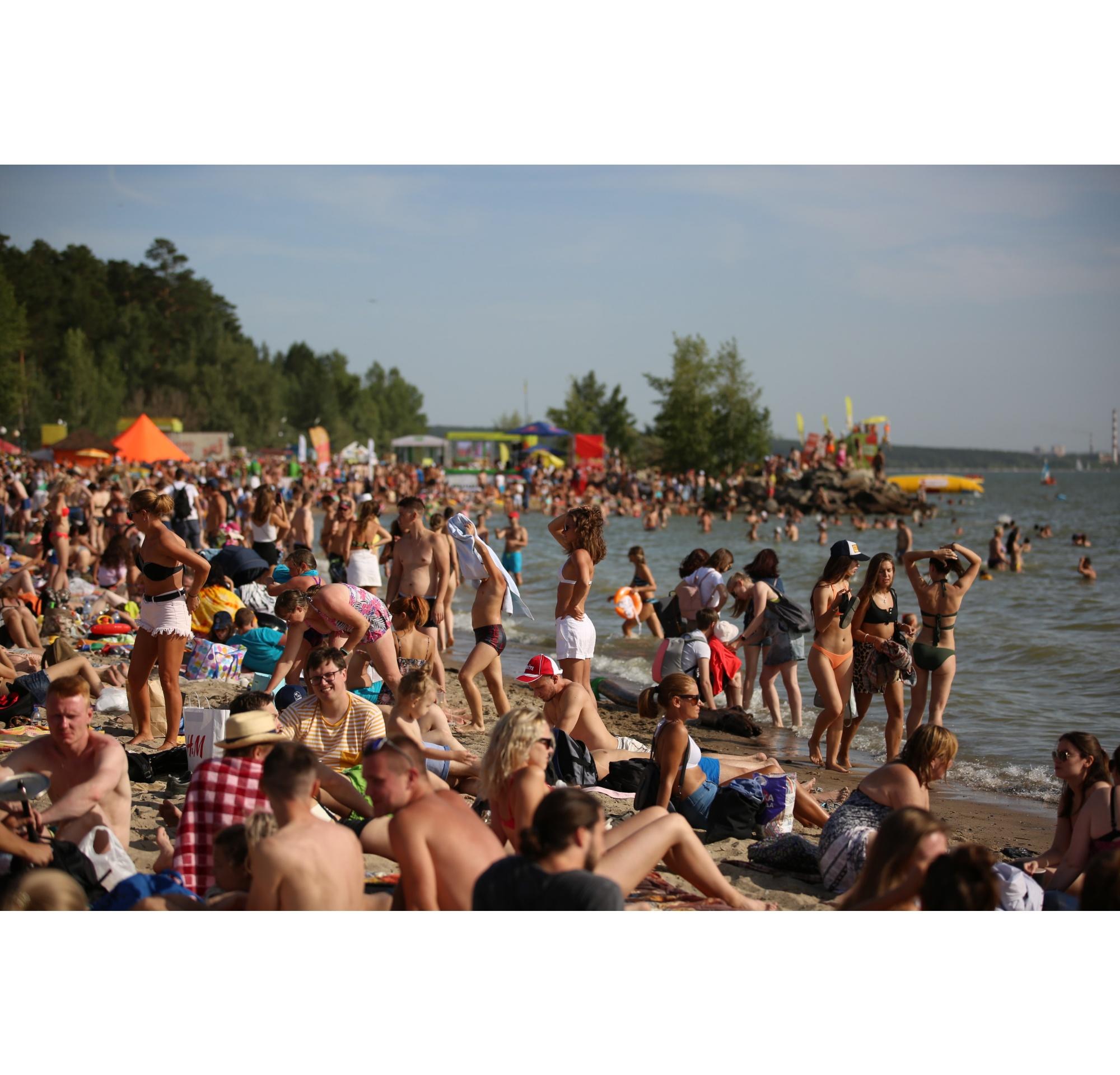 Пляж был буквально усыпан людьми