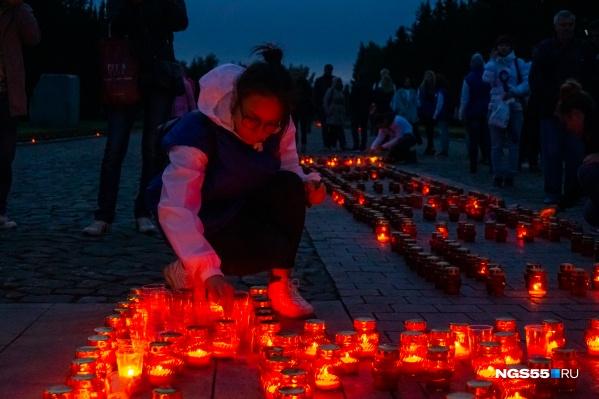 Свечи у мемориала в парке Победы — символы скорби о погибших в самой страшной войне XX века