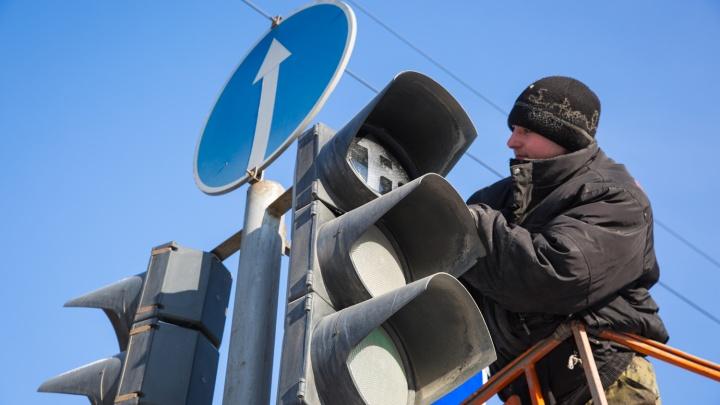 На Сибиряков-Гвардейцев и проспекте Дзержинского отключили светофоры: машины встали в пробках