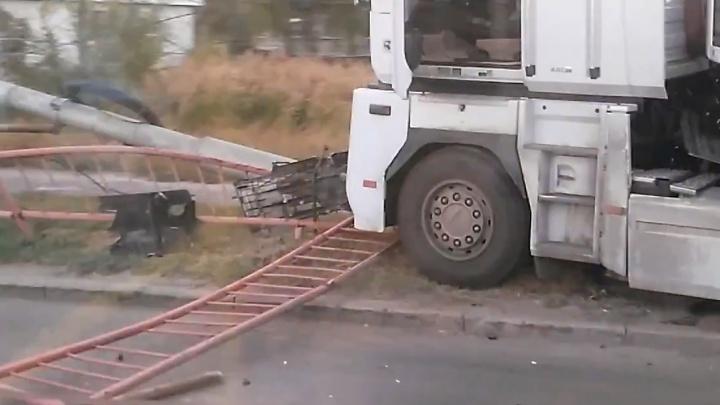 На юге Волгограда водитель фуры опрокинул столб