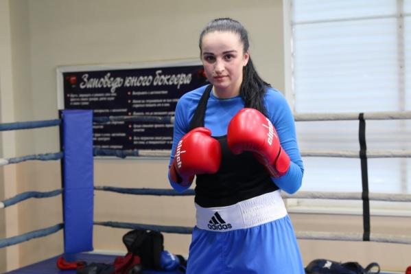 Девушка занимается боксом восемь лет