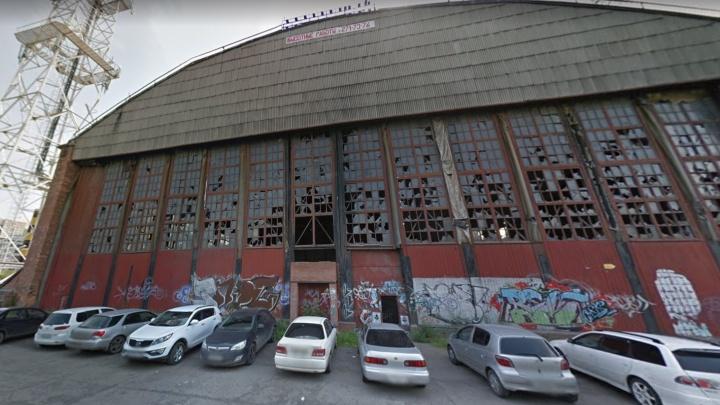 Начался снос заброшенного ангара с выбитыми окнами на «Взлётке»