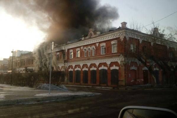 В центре Канска огонь охватил старинное здание типографии<br>