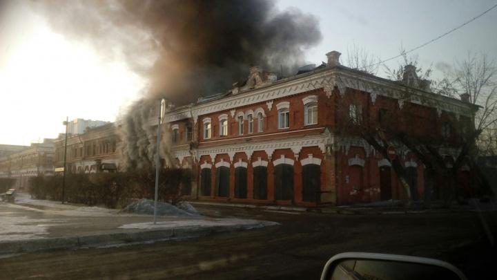 Старинное здание снова вспыхнуло спустя полгода после сильного пожара