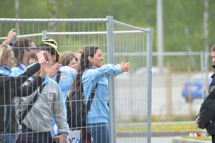 Чтобы болельщики не прорвались к футболистам, их держали за ограждением