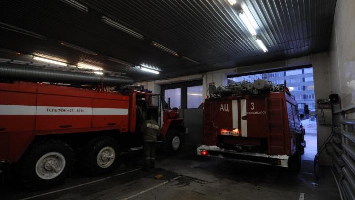 На Выборной выгорел гараж с автомобилем