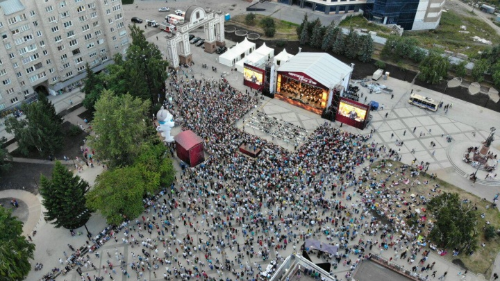 Тысячи людей пришли на благотворительный концерт в память о Хворостовском
