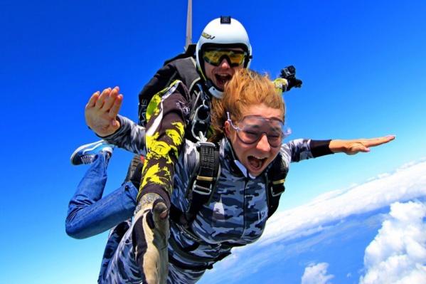 На фестивале «Небо» можно посмотреть на воздушных акробатов, совершить прыжок с парашютом или хотя бы купить футболку скайдайвера