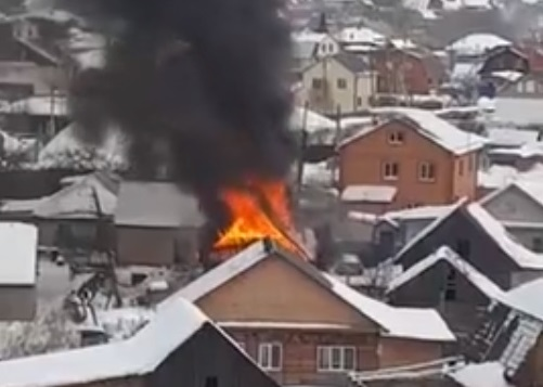 «Семья с тремя детьми успела выскочить на улицу»: в тюменском посёлке Нефтяников сгорел дом