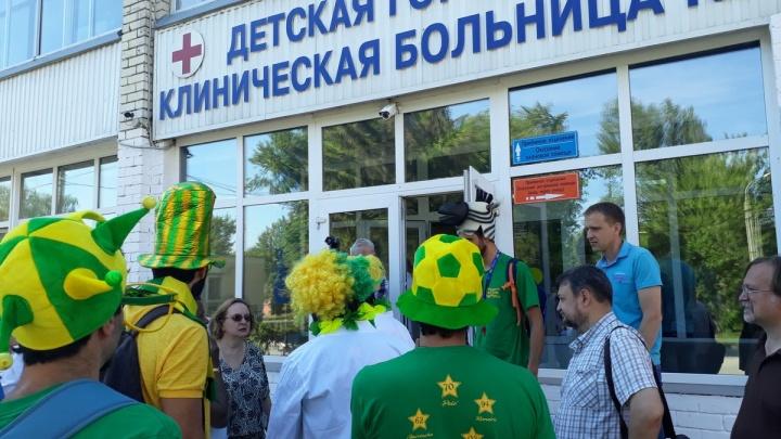 В Самаре бразильские болельщики устроили карнавал для маленьких пациентов клинической больницы