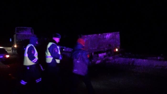 Полицейские во время осмотра прицепа, который и стал причиной трагедии