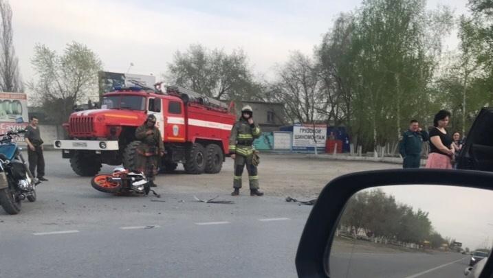 На улице Чекистов водитель автомобиля Ford нарушил правила и столкнулся с мотоциклистом