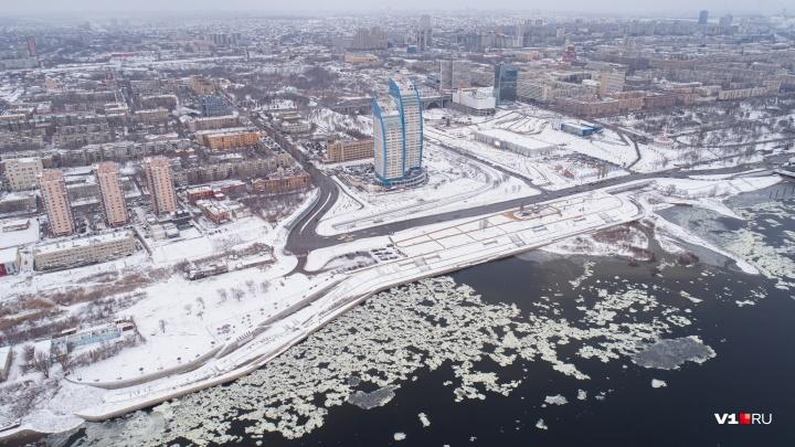 «Серый и пыльный город стал сияющим»: фотограф с высоты снял снежный Волгоград
