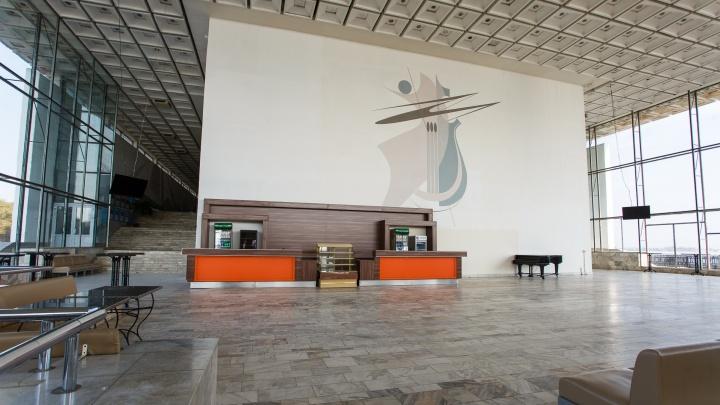 «Не выдерживает критики»: в Волгограде вспомнили о ремонте концертного зала с прогнившими трубами