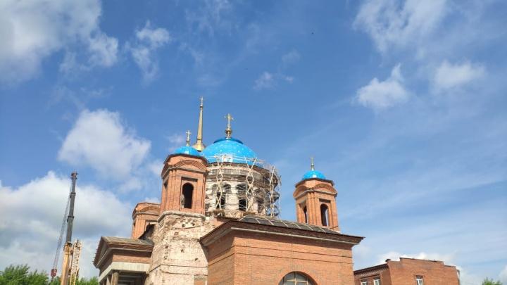 На куполах Успенского собора на ВИЗе установили кресты